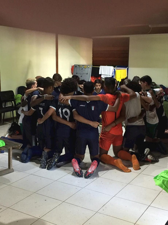 Equipe sub 14 do CABT ora e agradece após a partida contra o Boavista.
