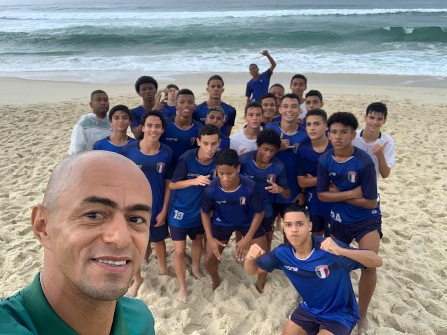 Categoria sub 15 do C.A. Barra da Tijuca com o treinador Julio César.
